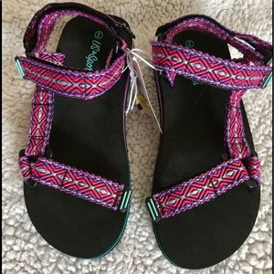Adjustable strap sandals.